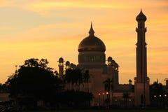 Silhouette av den SultanOmar Ali Saifudding moskén på Royaltyfri Bild