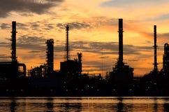 Silhouette av det Bangkok oljeraffinaderit Arkivbilder