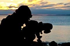 Silhouette av en birdwatcher Arkivfoto
