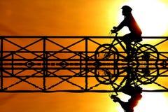 Silhouette av en cyklist Arkivbilder