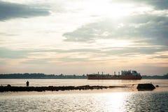 Silhouette av en fiskare Arkivfoto