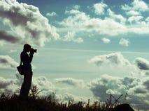 Silhouette av en fotograf Royaltyfri Foto