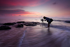 Silhouette av en fotograf på solnedgången Fotografering för Bildbyråer