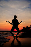 Silhouette av en kvinna Fotografering för Bildbyråer