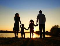 Silhouette av en lycklig familj Arkivfoton