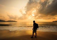 Silhouette av en man med en ryggsäck Fotografering för Bildbyråer