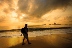 Silhouette av en man med en ryggsäck Royaltyfri Fotografi