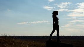 Silhouette av en sund sexig kvinna för fit Royaltyfria Foton
