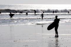 Silhouette av en surfare Arkivfoto