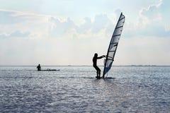Silhouette av en surfare royaltyfri foto