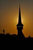Silhouette av ett kyrkligt torn i solnedgången Royaltyfri Foto