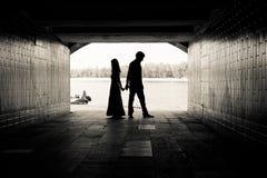 Silhouette av ett par i en tunnel arkivbild
