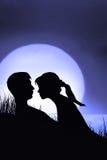 Silhouette av förälskade par Fotografering för Bildbyråer