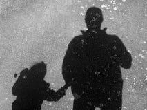Silhouette av fadern och dottern Arkivbild