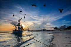 Silhouette av fiskaren med soluppgång Royaltyfri Bild