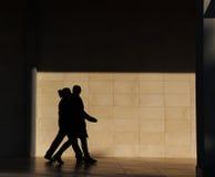 Silhouette av folk gå Royaltyfri Foto