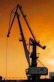 Silhouette av hamnkranen arkivfoto