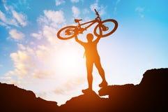 Man med cykeln Arkivbild