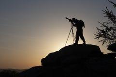 Silhouette av mannen på solnedgång element för klockajuldesign Royaltyfria Foton