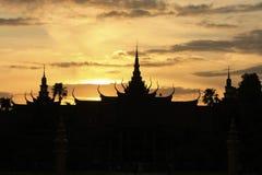 Silhouette av medborgaremuseet av Cambodja på solnedgången, Phnom Penh Royaltyfri Foto