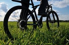 Silhouette av mountainbiket på en bakgrund av blåttskyen Royaltyfria Foton