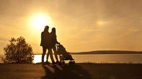 Silhouette av två kvinnor Royaltyfria Bilder