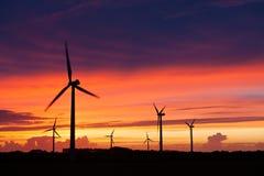 Silhouette av windturbines Fotografering för Bildbyråer