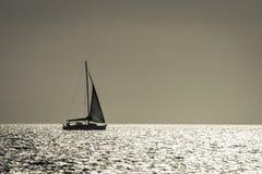 Silhouette av yachten Royaltyfri Foto