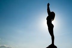 Silhouette av Yoga på toppmötet Royaltyfri Foto