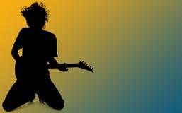 Silhouette avec le chemin de découpage du garçon de l'adolescence jouant la guitare au-dessus du Bl Photographie stock