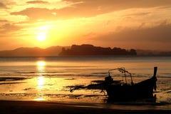 Silhouette avec le coucher du soleil sur la plage Photographie stock libre de droits