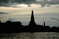 Silhouette of Bangkok temple of Dawn Royalty Free Stock Photos