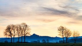 Silhouette bavaroise pittoresque de lever de soleil de ressort photo stock