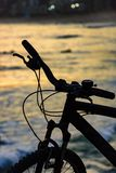 Silhouette of bicycle in front of the beach Royalty Free Stock Images