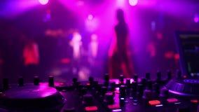 Silhouette brouillée d'une danse de chanteur de fille sur l'étape avec le foyer sur le contrôleur de mélangeur de musique clips vidéos