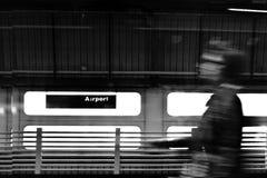 Silhouette brouillée de voyageur dans le mouvement Image stock