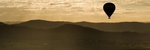Silhouette chaude de ballon à air Photographie stock libre de droits