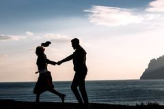 Silhouette of couple on the background of the beautiful mountains of the mountains. Horizontal shot. Natural light Royalty Free Stock Photos