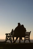 Silhouette of couple on bench Royalty Free Stock Photography