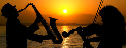 Silhouette couple playing jazz Stock Images