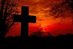 Silhouette croisée avec le fond rouge de ciel