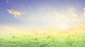 Silhouette croisée religieuse contre un ciel de lever de soleil d'enfoncement photo libre de droits