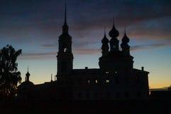 Silhouette d'église contre un coucher du soleil image stock