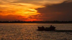 Silhouette d'équitation de bateau sur le lever de soleil de matin en rivière de Hau, un distributeur du Mekong, Can Tho, Vietnam, photo libre de droits