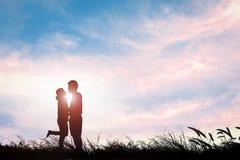Silhouette d'étreindre le jour de valentine d'amour de couples la fusée du soleil Photo libre de droits
