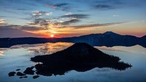 Silhouette d'île de magicien au lever de soleil Images stock