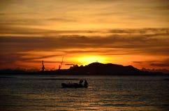 Silhouette d'île de Sichang avec le ciel de coucher du soleil Images libres de droits
