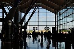 Silhouette d'aéroport avec des gens Image libre de droits