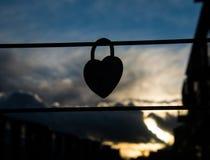 Silhouette d'accrocher en forme de coeur de cadenas Image stock