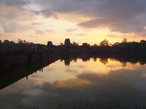 Silhouette d'Angkor Wat Temple pendant le lever de soleil Photos stock